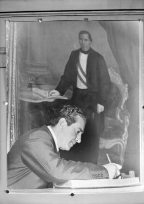 Adolfo López Mateos en su oficina, retrato