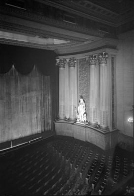 Escultura femenina en el interior de un teatro