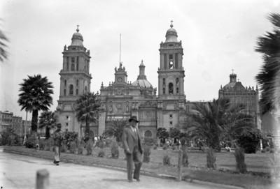 Gente camina en el jardín frente a la Catedral Metropolitana