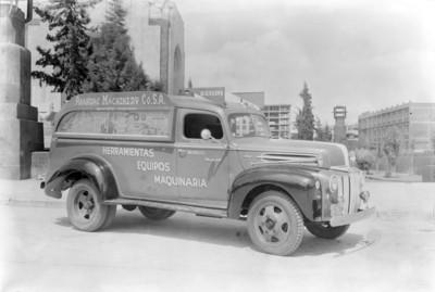 """Camión de la """"Anáhuac Machinery Co. S.A."""" estacionado en una calle"""