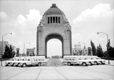 Camiones de la empresa CEIMSA estacionados al pie del Monumento a la Revolución