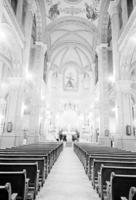 Feligreses oran en el altar mayor de una iglesia
