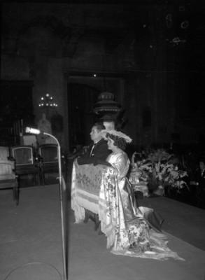 Novios hincados durante su boda religiosa