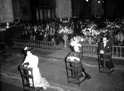 Hombre y mujeres durante una boda religiosa