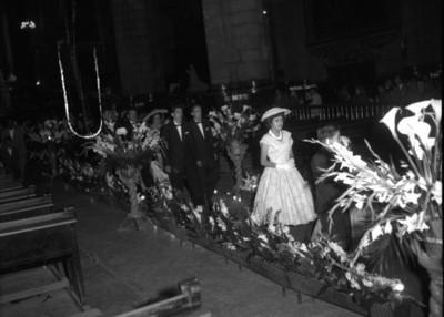 Feligreses salen de la iglesia después de una boda