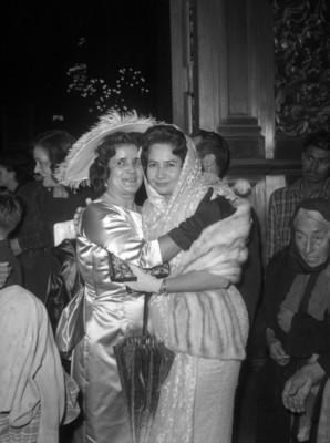 Mujer abraza a novia
