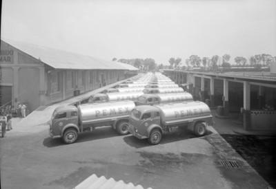 Pipas de PEMEX en estacionamiento de refinería