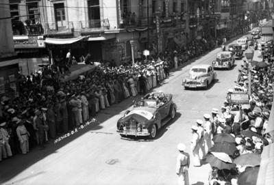 Manuel Ávila Camacho y su esposa desfilan en el automóvil presidencial