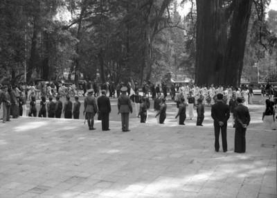 Cadetes militares desfilan en Chapultepec