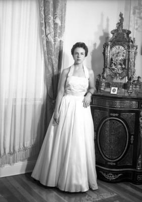 Mujer junto a un reloj, retrato