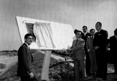 Torres Rivas, arquitecto, y otros hombres, durante la develación de una placa al inaugurar el fraccionamiento Jardínes de la Loma