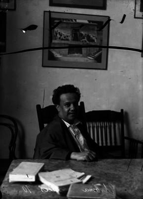 Luis G. Urbina, periodista y poeta en un estudio, retrato