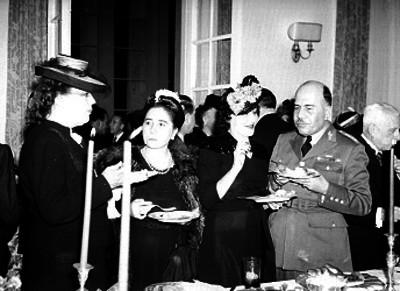 Francisco Urquizo en compañía de su esosa y más personas durante la celebración de un banquete