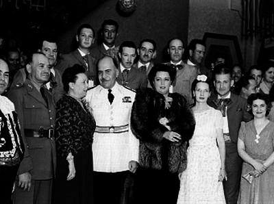 Francisco Urquizo en compañía de su esposa y otras personas durante una celebración, retrato de grupo