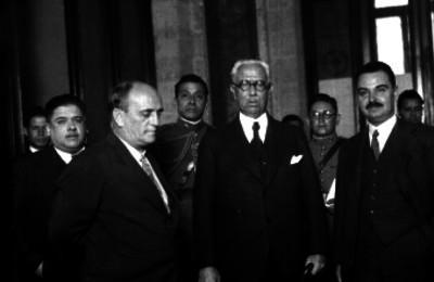 Pascual Ortiz Rubio acompañado de Carlos Trejo, Aarón Sáenz y otras personalidades, retrato de grupo