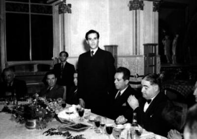 José C. Valadés haciendo uso de la palabra ante Ezequiel Padilla y Emilio Portes Gil, durante un banquete