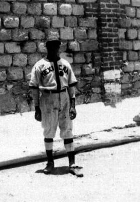 Valdés, El Grillo, beibolista al parecer en un campo deportivo, retrato