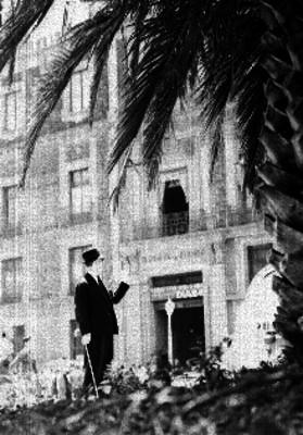 Artemio del Valle Arizpe, Abogado e Historiador señalando un edificio