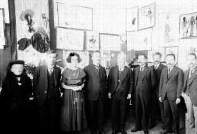 José Vasconcelos, acompañado por Herminio Pérez Abreu y otras personalidades, durante una exposición de pintura; retrato de grupo