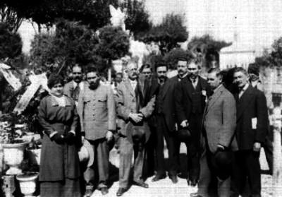 José Vasconcelos y otras personalidades, durante una ceremonia fúnebre en el panteón
