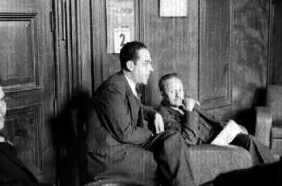 José Vasconcelos reunido con varios hombres en una oficina, durante una junta