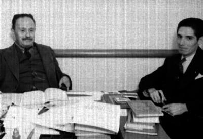 José Vasconcelos en su oficina, acompañado al parecer, por un periodista