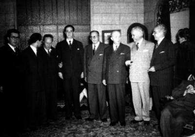 José Vasconcelos acompañado por varias personalidades, durante un evento social, en un salón