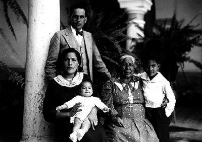 Jenaro Vázquez en compañía de su familia en el jardín de su casa, retrato de familia