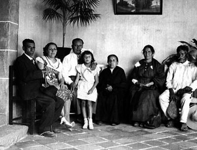 Jenaro Vázquez acompañado de su familia en una sala, retrato de familia