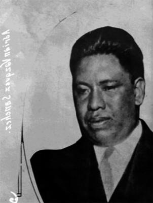 Adrían Vázquez Sánchez, vestido de traje, retrato