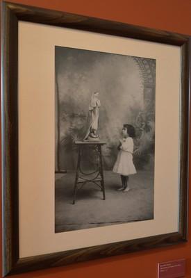 Niña frente a la Virgen