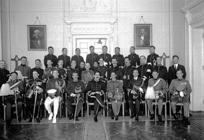 Enrique Estrada con los Ataches militares y marinos que asistieron a las fiestas del centenario