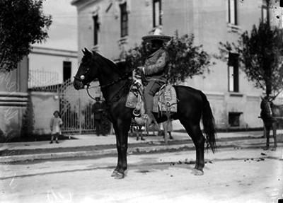 José María de la Vega a caballo, en una calle, retrato