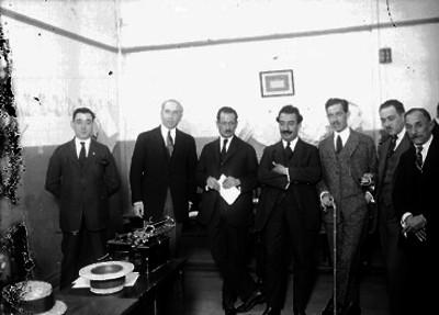 Santiago R. de la Vega acompañado por Alfonso Teja Zabre y otros hombres en una oficina