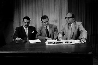 Guillermo Vela, acompañado de dos hombres, durante una reunión