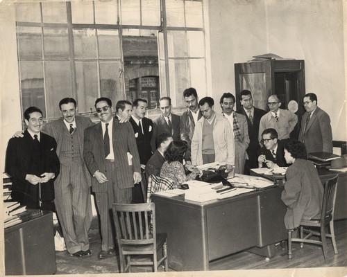 Joaquín César, Eleazar Canales, Rafael Galván Maldonado, Arturo Rojo, Benjamín Aguillón, con otros personajes en una oficina