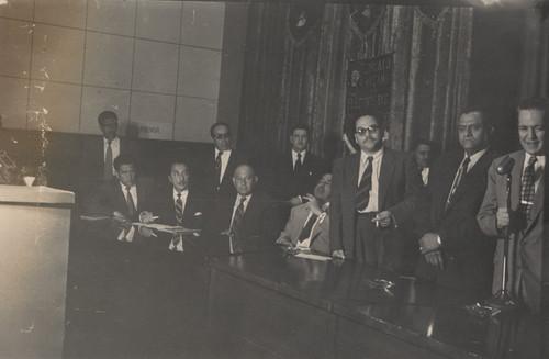 Virgilio Cárdenas, Rafael Galván Maldonado con otros personajes presiden una asamblea del Sindicato Mexicano de Electricistas