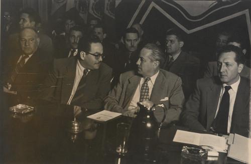 Rafael Galván, Agustín Sánchez Delint y otros personajes presiden una asamblea de la Federación Nacional de Trabajadores de la Industria y Comunicaciones Eléctricas