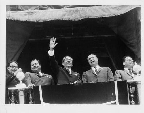 Luis Aguilar Palomino, Gustavo Díaz Ordaz, Rómulo Sánchez Mireles, Rafael Galván y otros políticos en el balcón presidencial