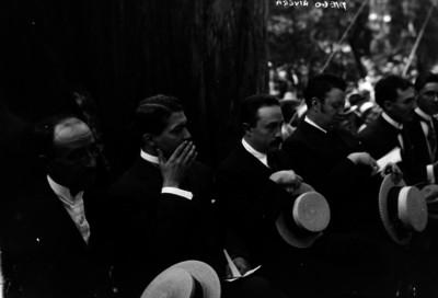 Diego Rivera acompañado por José Vasconcelos y otras personalidades, al parecer durante una ceremonia en un parque
