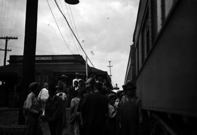Pasajeros junto a un ferrocarril en el andén de la estación de Empalme Tacuba
