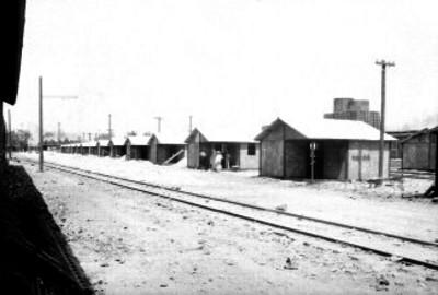 Casas en construcción de ferrocarrileros a la orilla de una calle de servicio de una estación