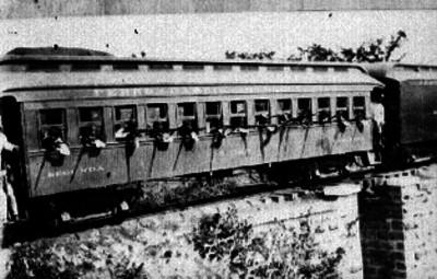 Pasajeros y automóviles transitando en la estación de Buenavista