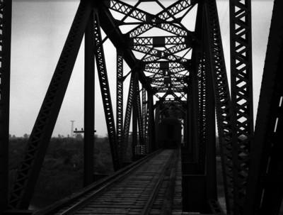 Ferrocarril cruza por un puente ferroviario