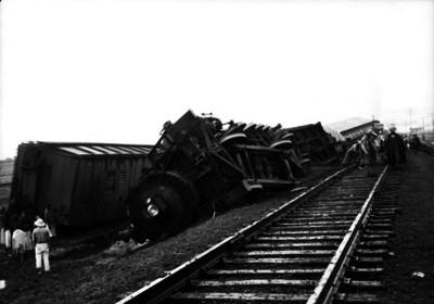 Ferrocarrileros reparando la via después de un accidente ferroviario
