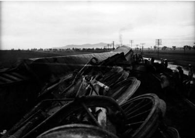 Ferrocarrileros reparando las vias después de un accidente ferroviario