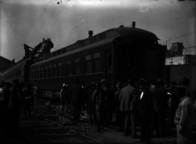 Personas observan un tren presidencial accidentado en la estación de Buenavista
