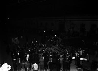 Espectadores y policías durante labores de rescate de un accidente ferroviario