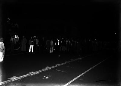 Espectadores junto a un tren descarrillado, retrato de grupo