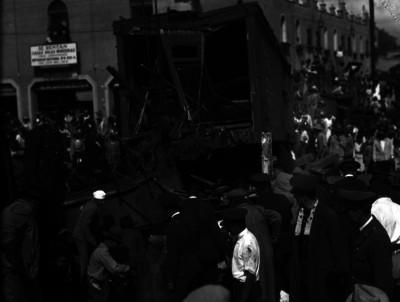Policías y ferrocarriles inspeccionando un choque ferroviario en una ciudad